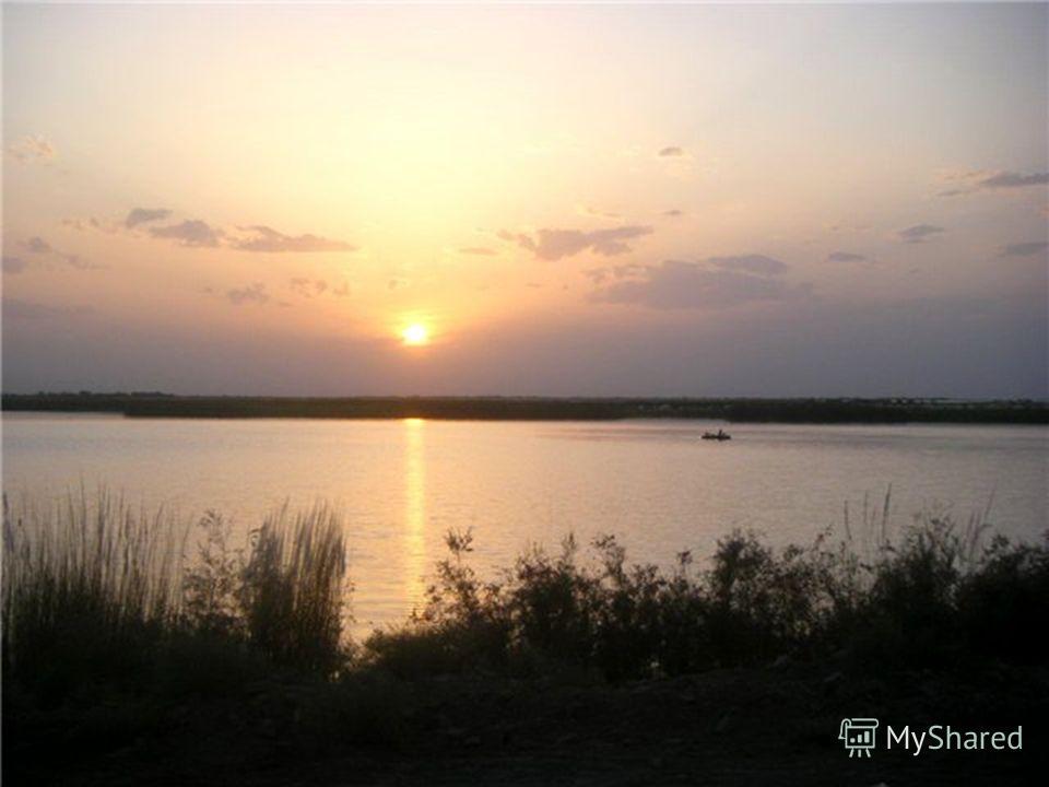 Почти вся территория Туркменистана, за исключением юго- восточной и юго-западной окраин, не имеет постоянного поверхностного стока. Крупнейшая река Амударья, получающая ледниково-снеговое питание в горах Памира, заходит на территорию Туркменистана в