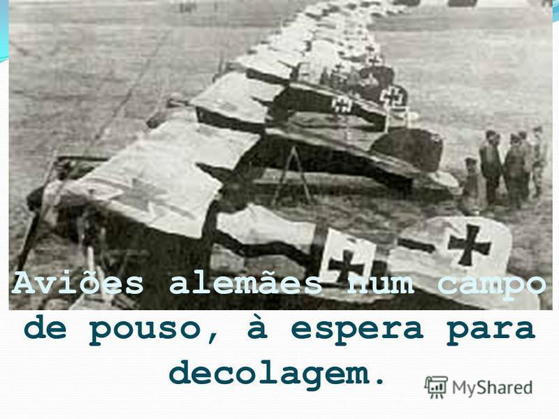 Aviões alemães num campo de pouso, à espera para decolagem.