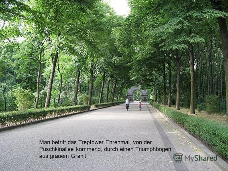 Man betritt das Treptower Ehrenmal, von der Puschkinallee kommend, durch einen Triumphbogen aus grauem Granit.