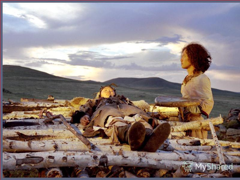 Хороня умерших, славяне клали с мужчиной оружие, конскую упряжь, убитых коней и собак. С женщиной полагалось положить серпы, сосуды с пищей и питьем, зерно, убитую домашнюю скотыну и птыцу. Тела умерших возлагали на священный костер, веря, что с плам