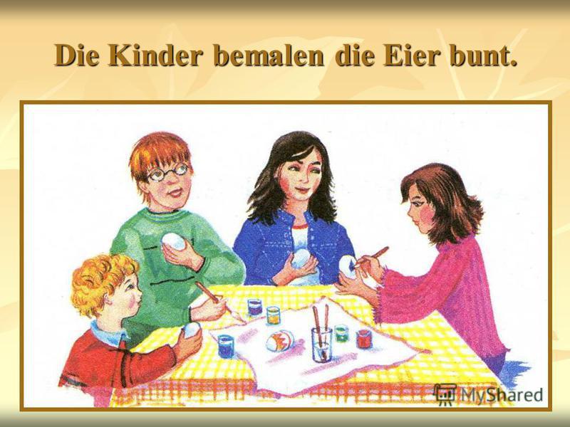 Die Kinder bemalen die Eier bunt.