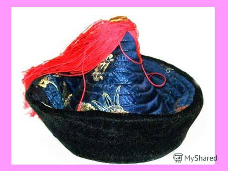 Головной убор Традиционным головным убором бурят считалась «32 пальчатая шапка». Число 32 соответствовало числу 32 божеств Сундуя. Есть еще одно объяснение числа строчек 32 – «32 поколения монголоязычных народов». Такие шапки с вертикальными строчкам