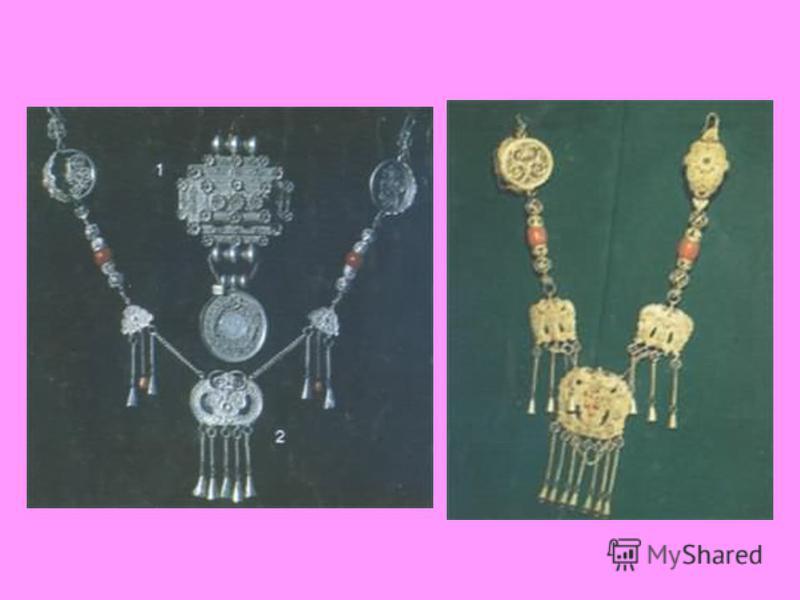 Украшения Девушки носили от 10 до 20 косичек, украшенных множеством монет. На шее женщины носили кораллы, серебряные и золотые монеты и т. д.; в ушах огромные серьги, поддерживаемые шнуром, перекинутым через голову, а сзади ушей «порты» (подвески); н