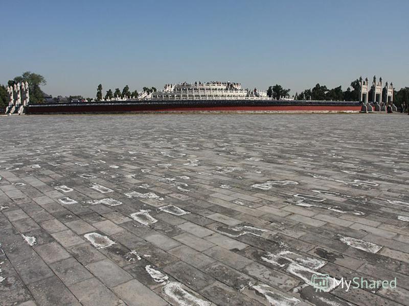 Самое южное сооружение храма;Самое южное сооружение храма; круглая трёхступенчатая терраса, выложенная из белоснежных мраморных плит;круглая трёхступенчатая терраса, выложенная из белоснежных мраморных плит; здесь в день зимнего солнцестояния императ