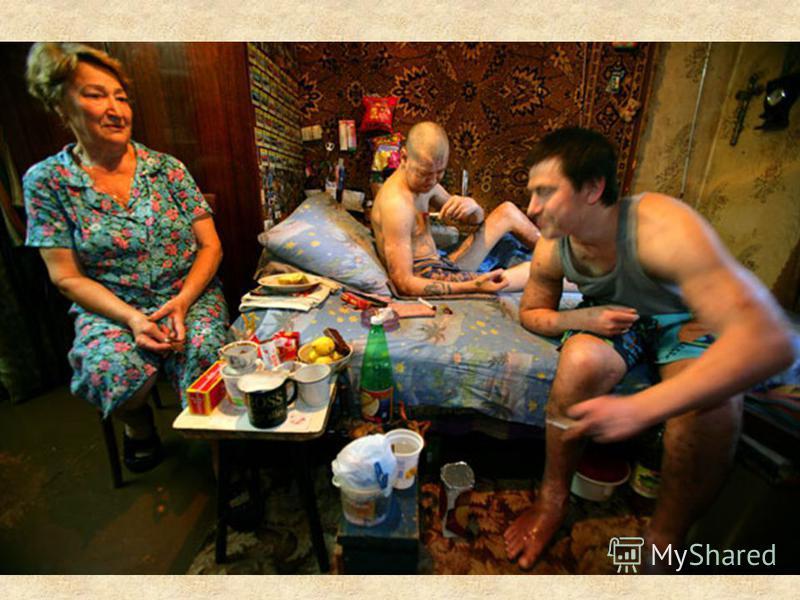 Перед вами мать, содержащая более 12 лет двух своих наркозависимых сыновей. Оба сына ВИЧ- инфицированы и хронические наркоманы. Она была вынуждена бросить работу, чтобы смотреть за сыновьями - она говорит, что это её крест. Они приторговывают наркото