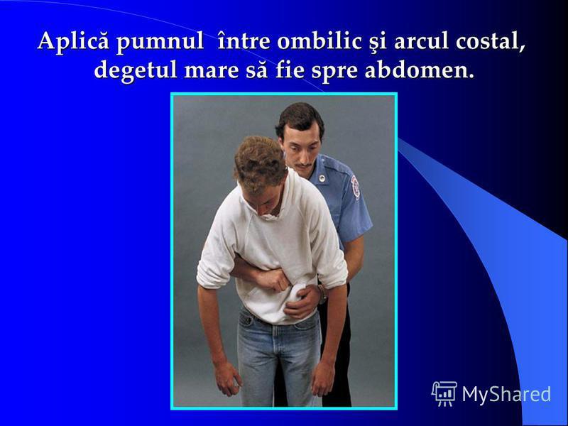 Aplică pumnul între ombilic şi arcul costal, degetul mare să fie spre abdomen.