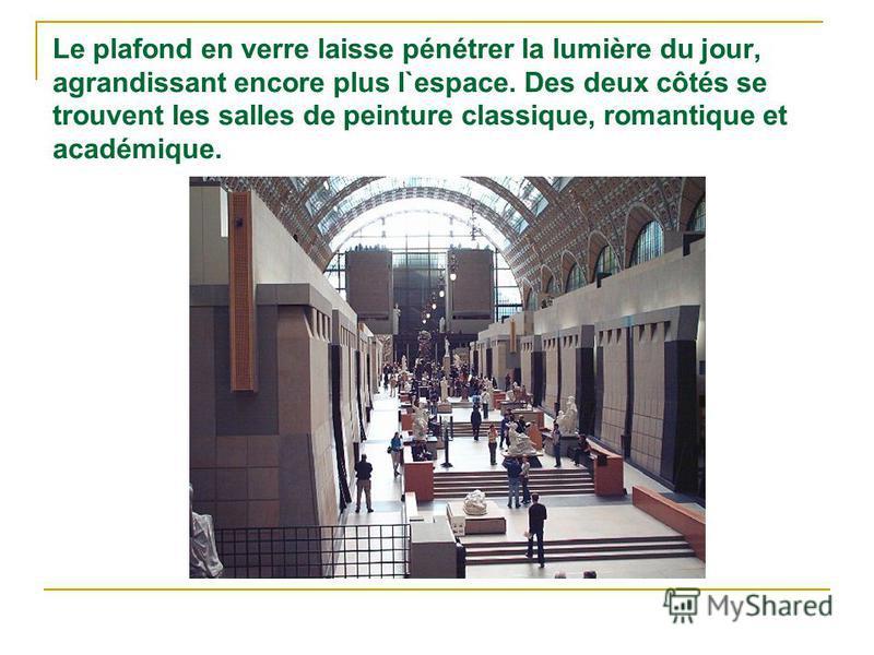 Le plafond en verre laisse pénétrer la lumière du jour, agrandissant encore plus l`espace. Des deux côtés se trouvent les salles de peinture classique, romantique et académique.