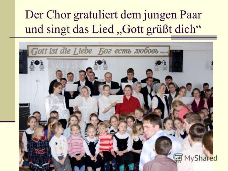 Der Chor gratuliert dem jungen Paar und singt das Lied Gott grüßt dich