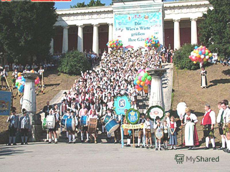 Da sich Kronprinz Ludwig sehr für das antike Griechenland interessierte, schlug einer seiner Untertanen vor, das Fest im Stil der a a a a a nnnn tttt iiii kkkk eeee nnnn OOOO llll yyyy mmmm pppp iiii ssss cccc hhhh eeee nnnn S S S S pppp iiii eeee ll
