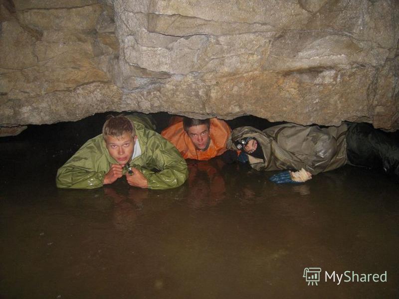 Вход в пещеру представляет собой нишу у подножия скалы шириной 7 м. и высотой 3 м. Он находится на дне карстового провала, в основании 15-метрового скального обрыва. Форма рельефа и особый температурный режим привели к созданию микроклимата, способст