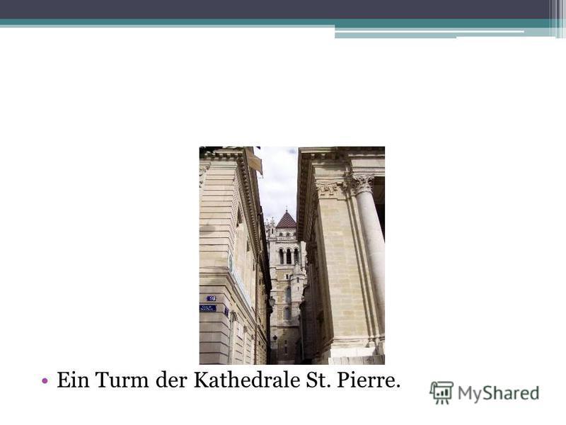 Ein Turm der Kathedrale St. Pierre.