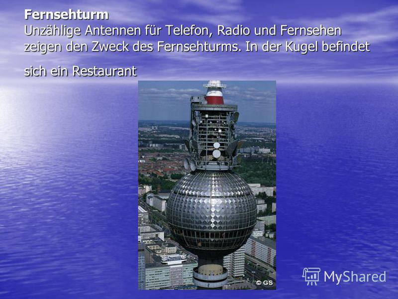 Fernsehturm Unzählige Antennen für Telefon, Radio und Fernsehen zeigen den Zweck des Fernsehturms. In der Kugel befindet sich ein Restaurant