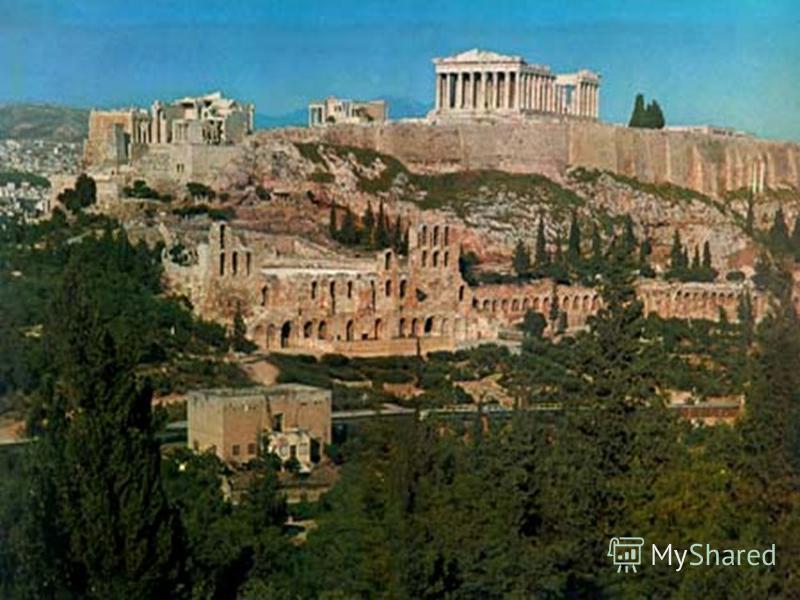 Греки жили в больших и малых городах. Дома строили из дерева и кирпичей, сделанных из высушенной глины. Выращивали пшеницу, ячмень, ловили в море рыбу, держали коз и овец, собирали оливки.