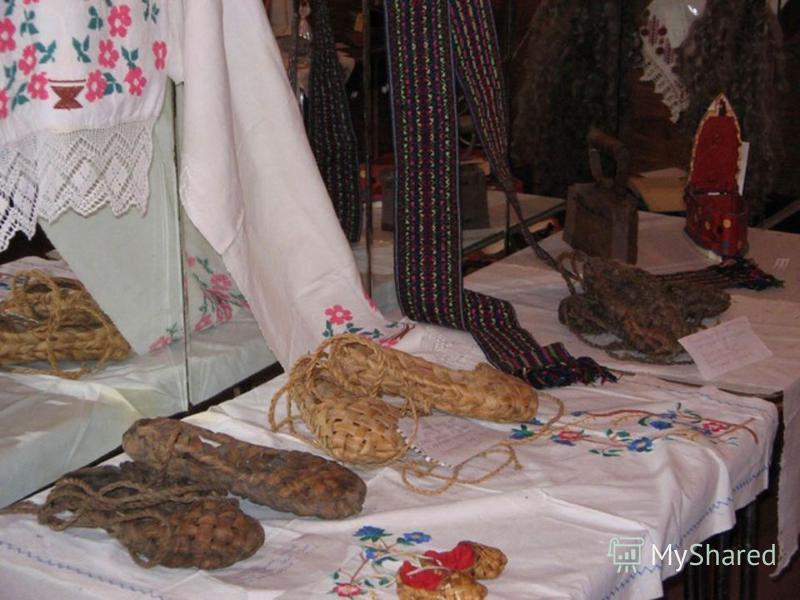 Растительные и орнитоморфные орнаментальные мотивы встречаются в вышивке на одежде, полотенцах и различных покрывалах у ижемских, верхневычегодских, вымских и угорских коми. На полотенцах нередко сочетаются вышитые (растительные) и тканые (геометриче