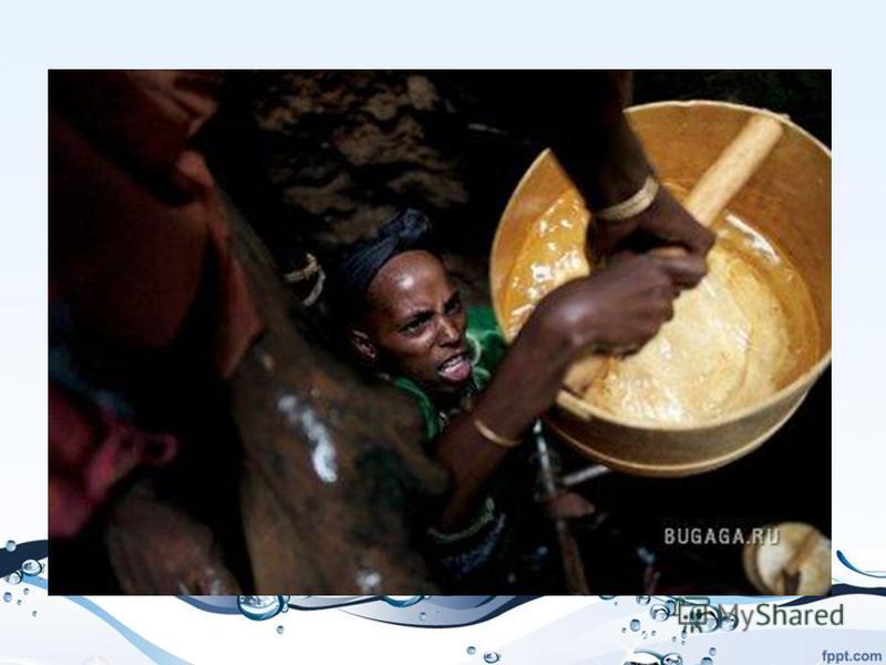 Балансируя на скользкой самодельной лестнице, женщины передают друг другу ценную воду из колодца глубиной в девять человеческих ростов в регионе Марсабит в северной Кении. Как только вода появится на поверхности, женщины будут думать, как лучше распр