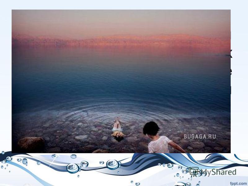 Девочки из деревни на Западном берегу реки Иордан охлаждаются в соленых водах Мертвого моря. Мертвое море является главным источником воды для Иордании, однако с 1978 года оно сократилось на 20 метров.