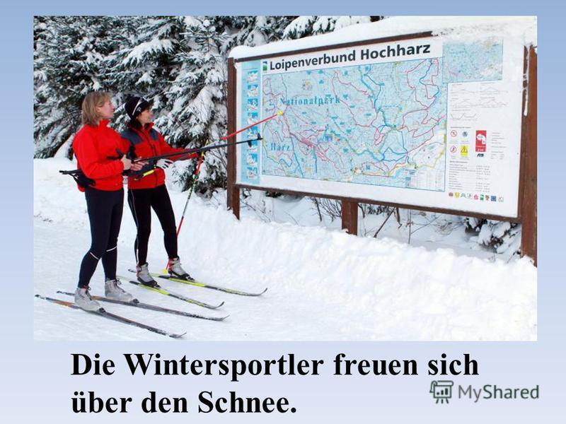 Die Wintersportler freuen sich über den Schnee.