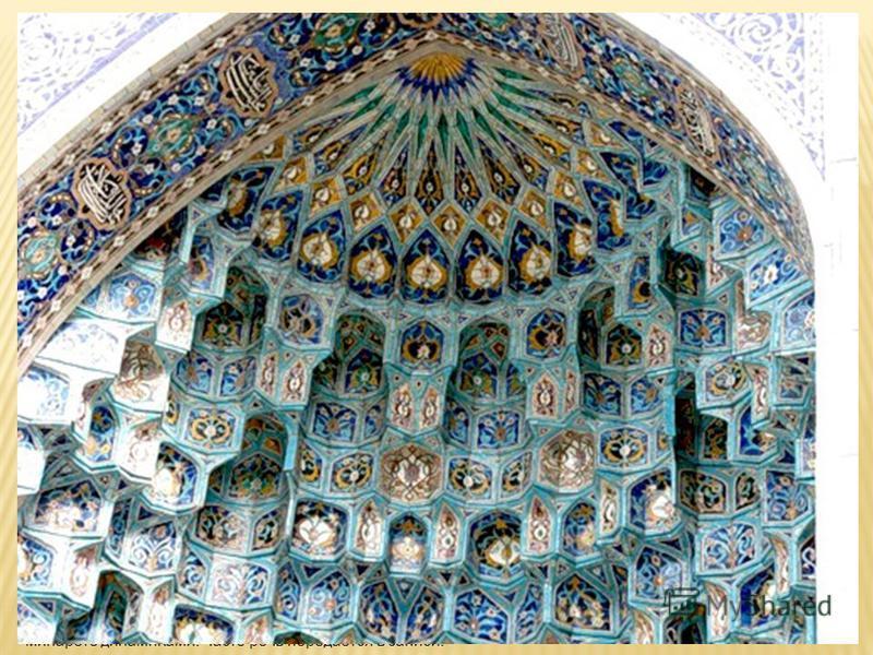 Соборная мечеть. Мечеть имеет два минарета. Высота каждого по 48 метров. Вмещает до 5000 человек. На первом этаже расположен огромный зал, в котором молятся мужчины, второй этаж отведён женщинам, а на третьем этаже находятся классы воскресной медресе