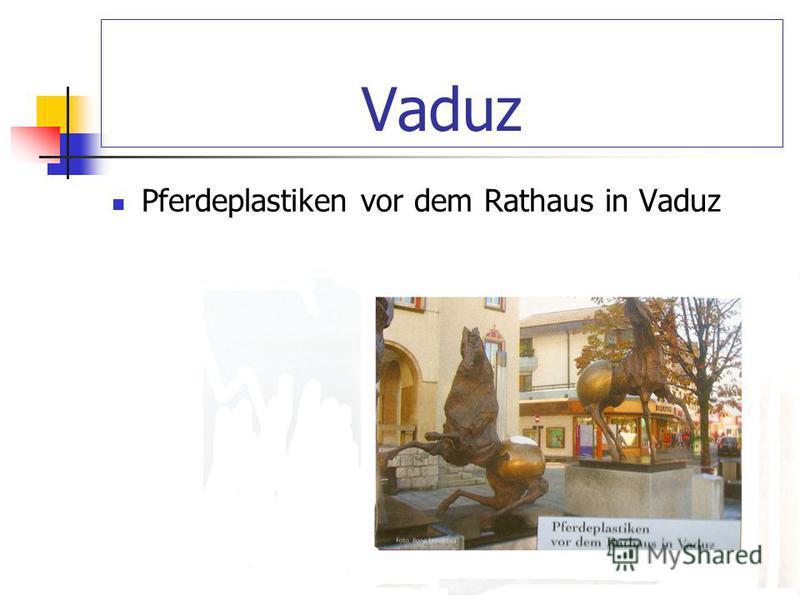 Vaduz Pferdeplastiken vor dem Rathaus in Vaduz