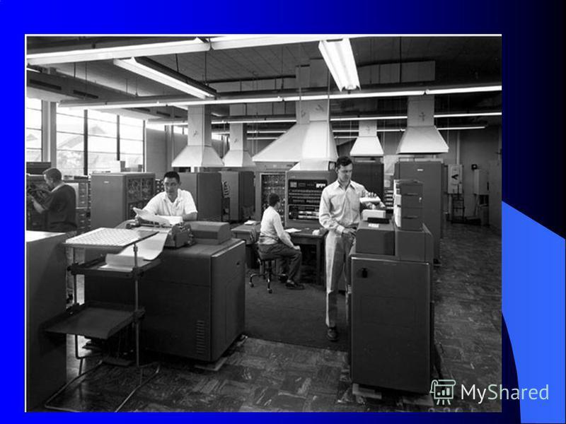 29 апреля 1952 г. появилась первая ЭВМ фирмы IBM. В качестве памяти использовался магнитный барабан. Емкость ОЗУ 20480 байт. Производительность: Сложение и вычитание более 16 000 операций в секунду. Умножение и деление более 2 000 операций в секунду.