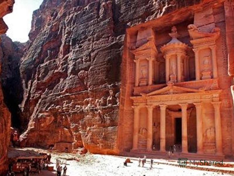 В городе сохранились вырубленные в скалах храмы, алтари (жертвенники), гробницы и жилые дома. Город, высеченный прямо в скалах. Находится на территории современного азиатского государства Иордания.