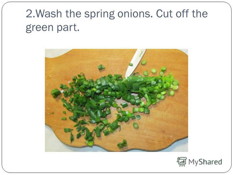 2.Wash the spring onions. Cut off the green part.