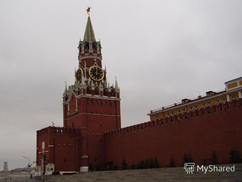 Красная площадь Флаги полощет.