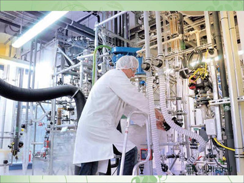 Нафта як вуглеводнева сировина цінна тим, що є складною сумішшю (до 1000 компонентів) речовин переважно органічного походження. Вуглеводнева частина нафти включає в себе парафіни (алкани) - 30-35%, циклопарафіни (циклоалкани) – 25-75% та ароматичні в