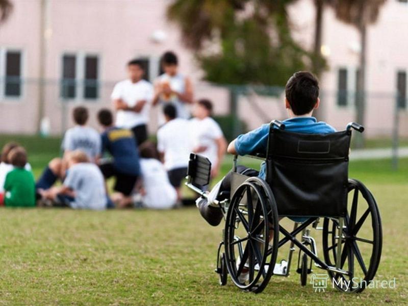 Инвалиды сталкиваются с дискриминацией и препятствиями, которые мешают им участвовать в повседневной жизни общества наравне с другими. Им отказывают в их правах учиться в общеобразовательных учреждениях, наниматься на работу, жить независимо в сообще