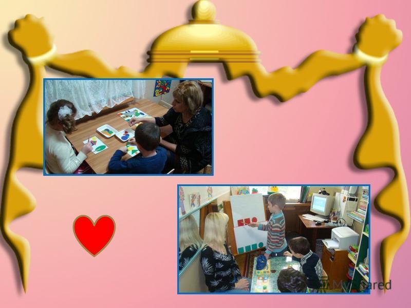 Учитель - дефектолог проводит индивидуальное обследование детей и наблюдает за ними в процессе занятия