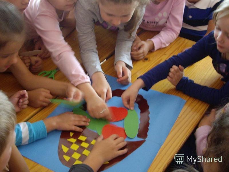 АППЛИКАЦИЯ «Корзина с овощами». Работа в огороде очень нравится детям. И мы решили пофантазировать, какой же урожай соберем осенью. Для этого детям была предложена цветная бумага, ножницы, картон и клей. Вот такая корзина с овощами у нас получилась.