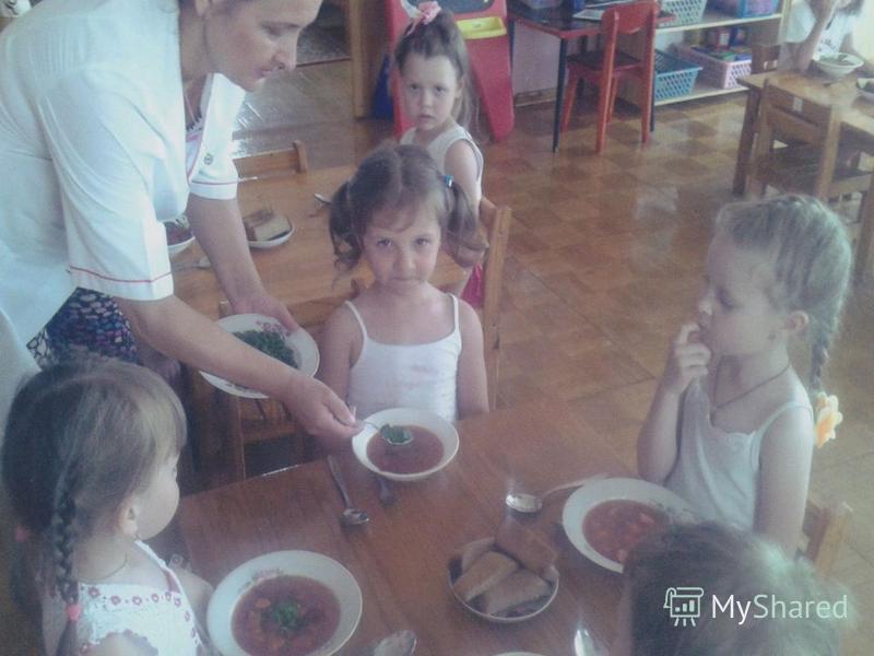 «ЧТОБ ЗИМОЙ НАМ НЕ БОЛЕТЬ, ВИТАМИНЫ НАДО ЕСТЬ» Вот и поспел первый урожай на нашем огороде. Дети много поливали посадки, поэтому лук вырос очень сочным и крупным. Мы нарвали целый пучок. Во время обеда покрошила его детям в суп. Суп получился не толь
