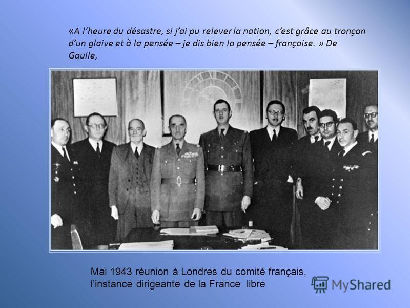 Angleterre. Londres, début juillet1940, De Gaulle auprès des premières volontaires féminines de la France libre.