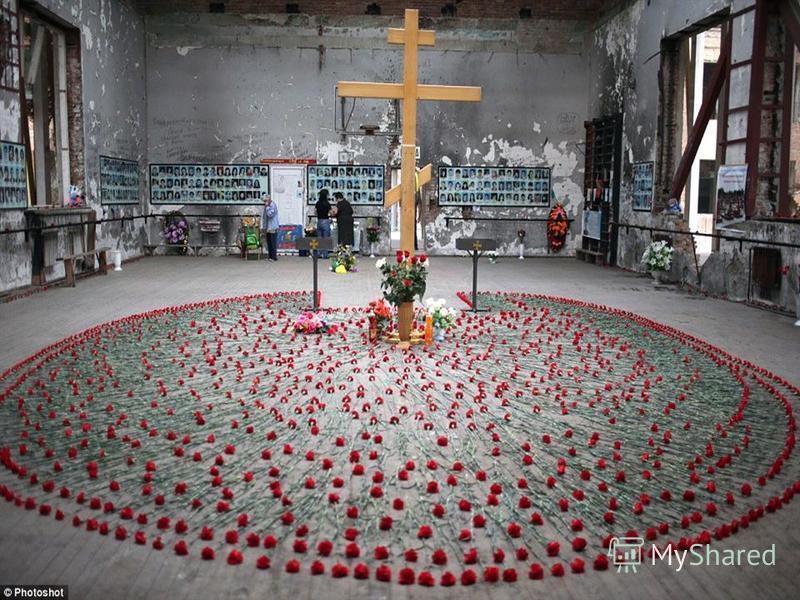 Средняя образовательная школа 1 Беслана была захвачена группой террористов 1 сентября 2004 года. Более 1200 человек оказались в заложниках. В течение трех дней их держали в начиненном взрывчаткой спортивном зале школы.