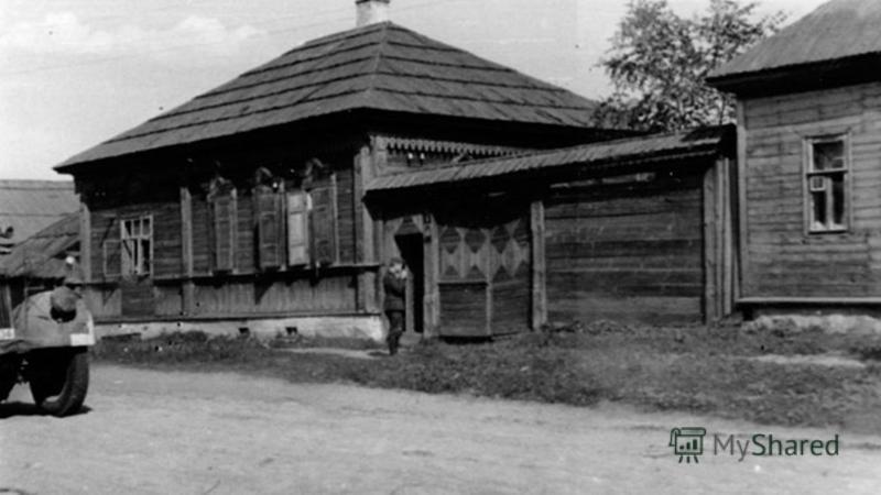Девочка быстро сбегала домой и, когда уже возвращалась назад, услышала, что в ворота начали стучать немцы. Они требовали открыть им ворота.