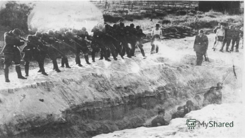 Когда заработал немецкий пулемёт, люди стали падать, как подкошенные. Среди обреченных были папа с маленьким мальчиком. Мужчина толкнул мальчика в яму до того, как в него попала пуля, и, падая уже тяжело раненным, накрыл его собой.