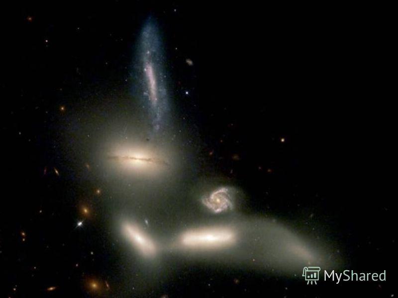 Взаимодействие галактик При движении в пределах скопления галактики могут столкнуться или пройти сквозь друг друга В результате взаимодействия резко ускоряются процессы звездообразования Форма галактик искажается Некоторые галактики теряют момент имп