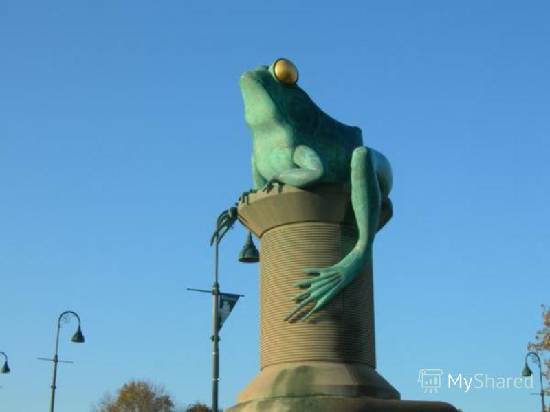 Царевна-лягушка в Москве на Манежной площади, в искусственном русле реки Неглинки.