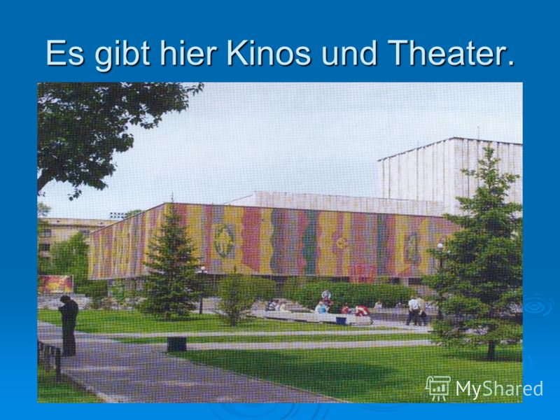 Es gibt hier Kinos und Theater.