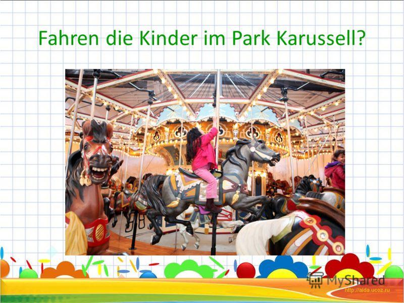 Fahren die Kinder im Park Karussell?