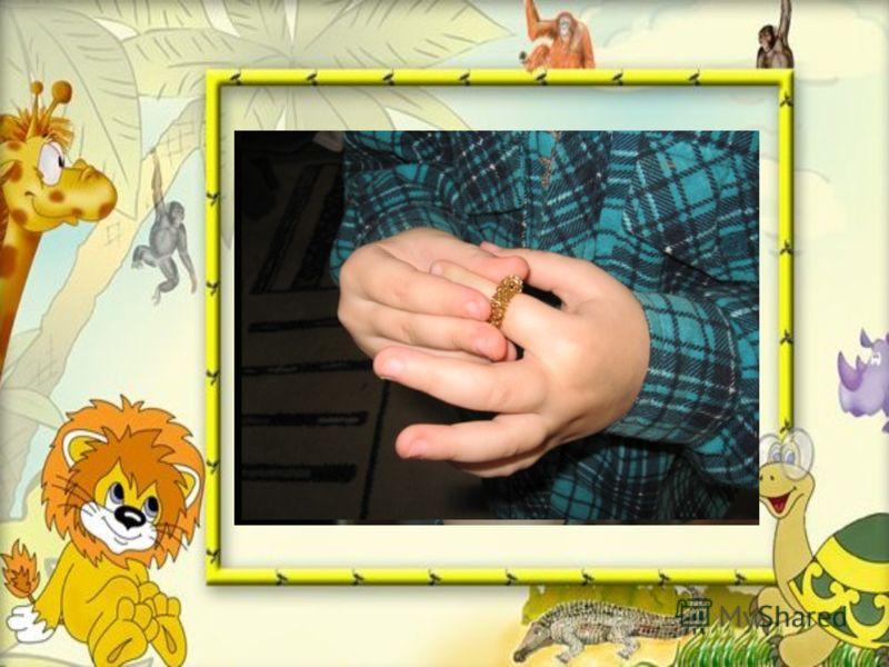 Массажный шарик и металлические кольца используются для стимуляции поверхностей пальцев и всей ладони в целом. Нужно выполнять с ребёнком упражнения, в которых будет задействована вся ладонь, а также каждый палец.