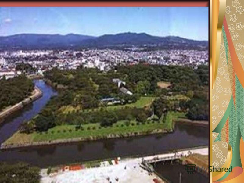 Японию почти постоянно трясет, что связано с весьма бурной вулканической деятельностью. Видимым продуктом ее, обыденным, являются, естественно, вулканические горы. Они разбросаны по всему архипелагу.
