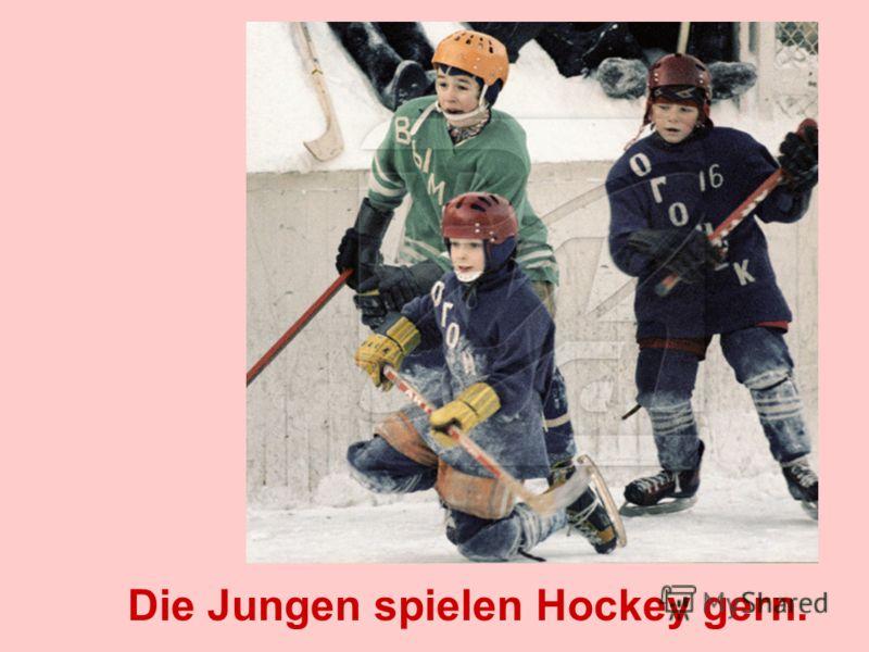 Die Jungen spielen Hockey gern.