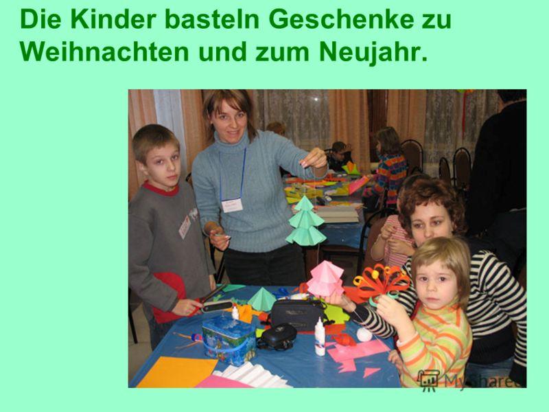 Die Kinder basteln Geschenke zu Weihnachten und zum Neujahr.