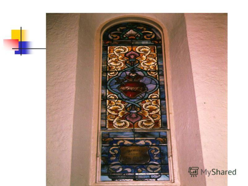 Цветные витражи в окне пропускают свет, создавая богатую игру окрашенного цвета. Человечество использовало витражи для украшения жилых домов, дворцов, общественных помещений с древних времен.