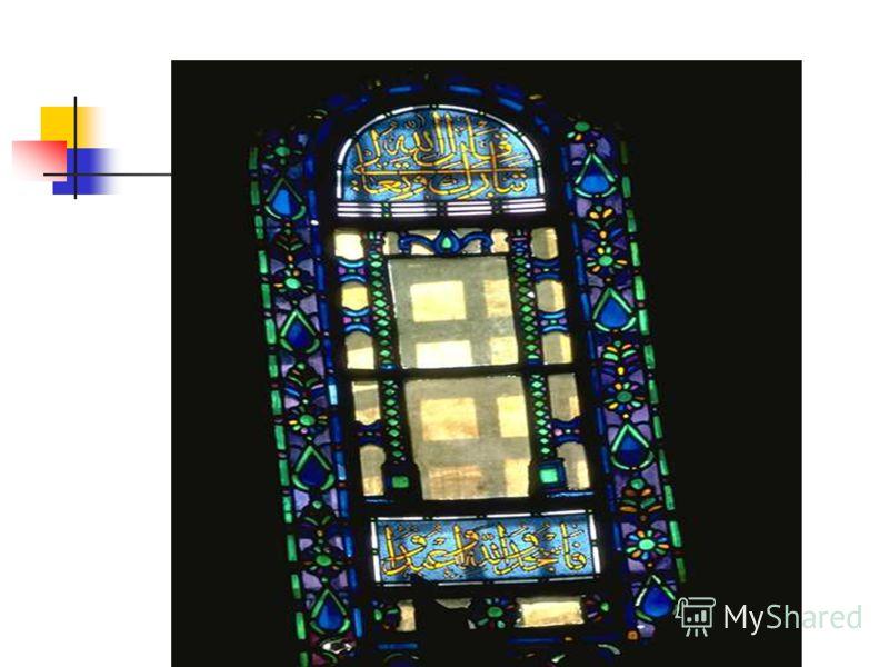 Сначала для изготовления витражей использовали толстое литое стекло с оплавленными краями, которое вставляли в бронзовую раму. Современные витражи составляют из кусочков тонкого стекла и армируют его специальной лентой. Применяют как бесцветное, так