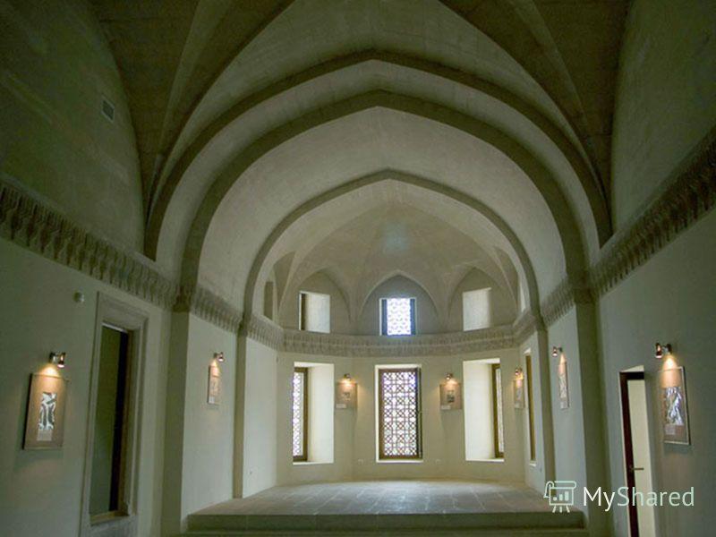 За приемным вестибюлем располагается еще один восьмигранный вестибюль поменьше. Из него можно попасть во все другие помещения дворца по трем узким винтовым лестницам.