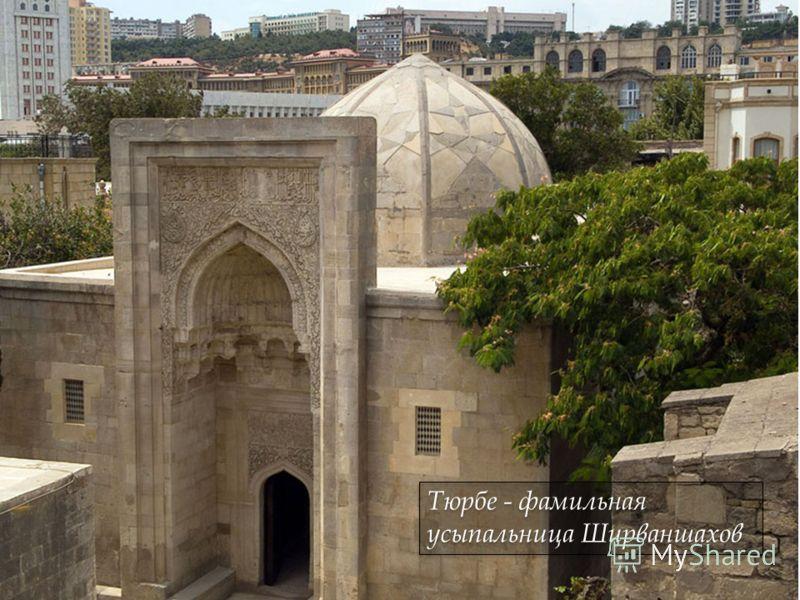 Мечеть имеет три входа: вход, обращенный на дворец в восточной стене для придворных, вход со стороны нижнего двора для прихожан и отдельный вход для женщин в западной стене. Мечеть имеет три входа: вход, обращенный на дворец в восточной стене для при