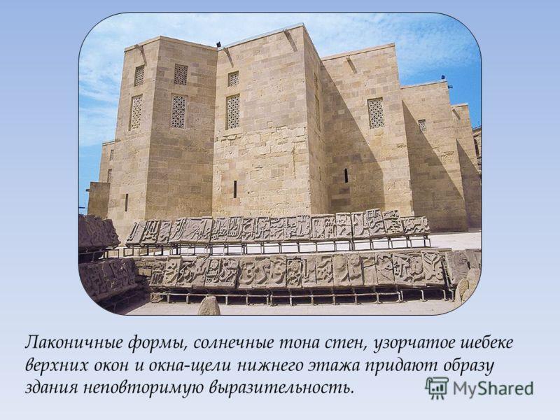 Главное здание ансамбля – дворец. Это самое большое здание комплекса.