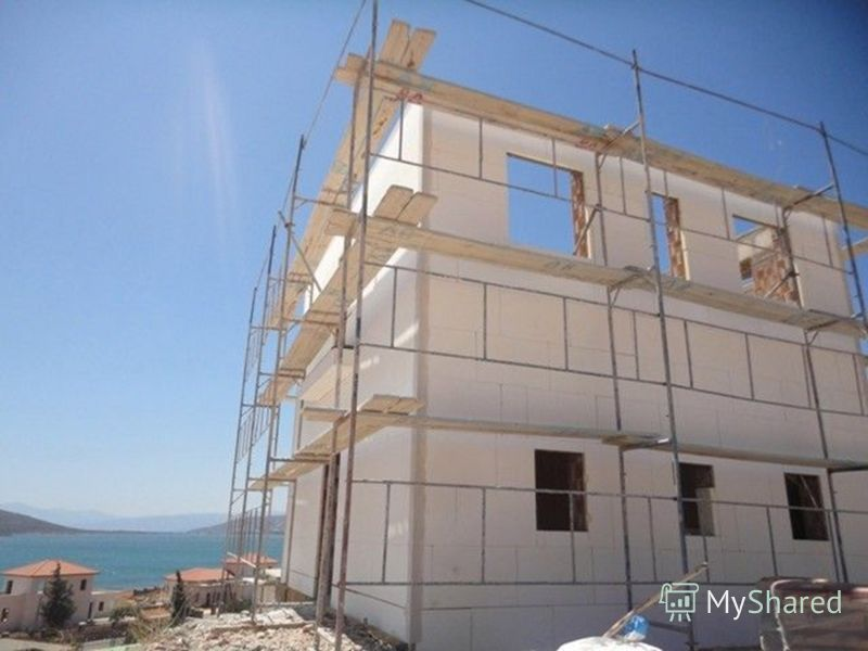 Фотография строящегося дома, видна теплоизоляция